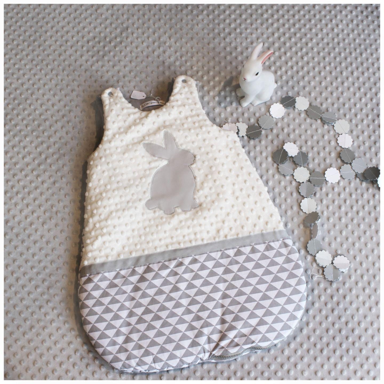 gigoteuse b b 0 6 mois petit lapin g om trique gris et blanc mode b b par les petits gosses. Black Bedroom Furniture Sets. Home Design Ideas