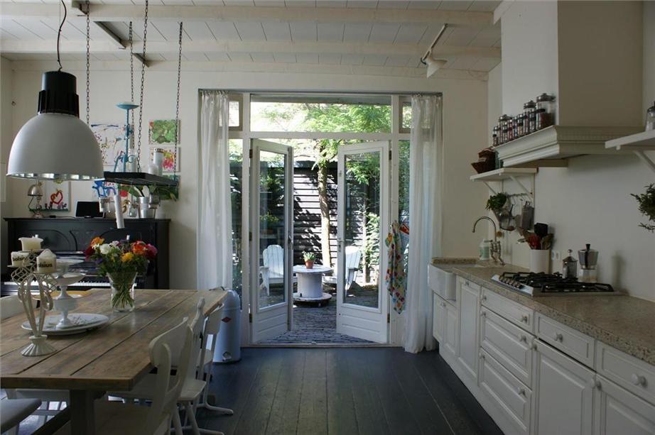 It en niet zozeer de keuken alhoewel dat die ook heel gezellig oogt maar met name het plafond - Moulure architectuur ...