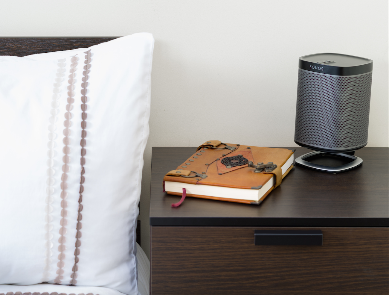 The Flexson Desk Stand for the SONOS PLAY1 Ideal for use on