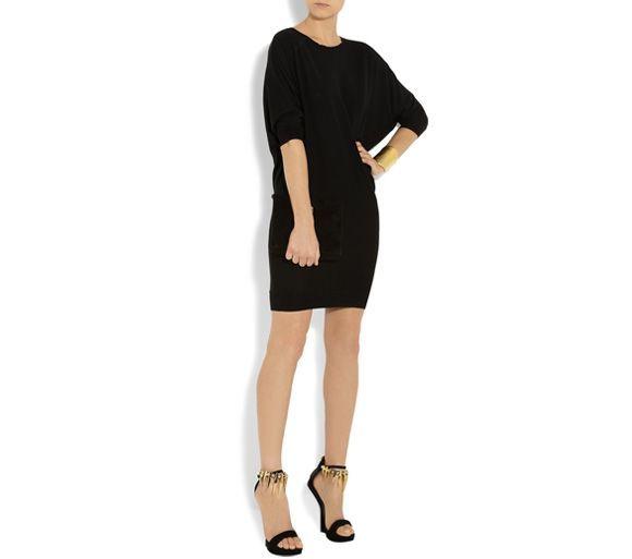 como vestir de negro, vestido negro, sandalias de tacon ...