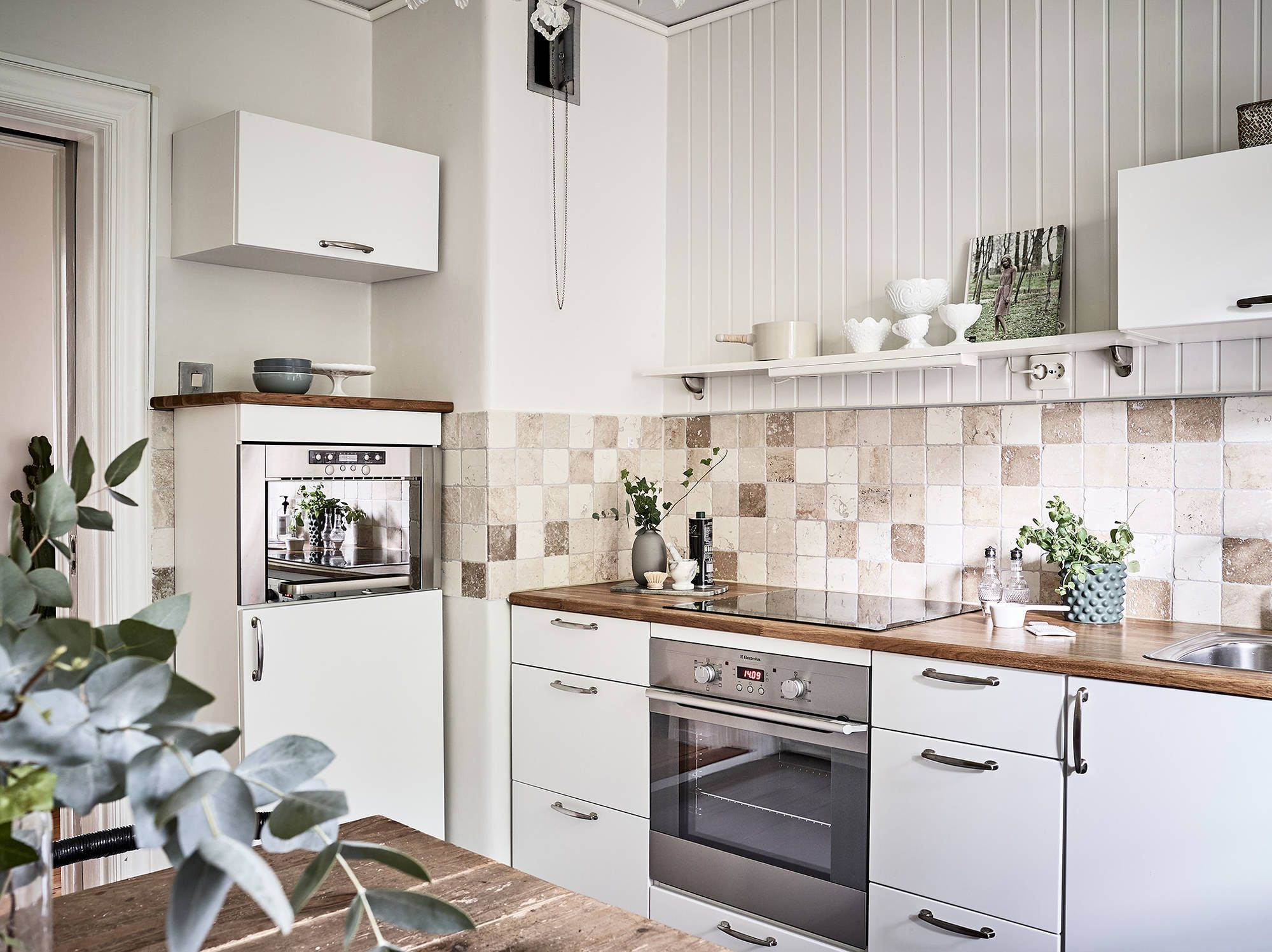 Stor och ljus landshövdingehustrea med eldningsbar braskamin | Kitchens