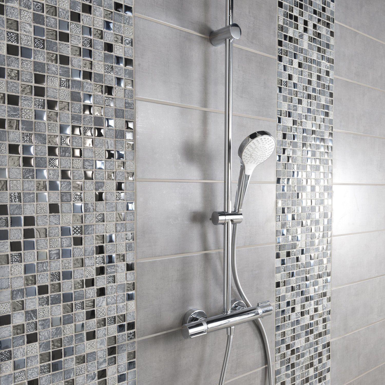 De la mosaique dans les nuances de gris pour sublimer la douche en 2019 salle de bain grise - Douche a l italienne grise ...