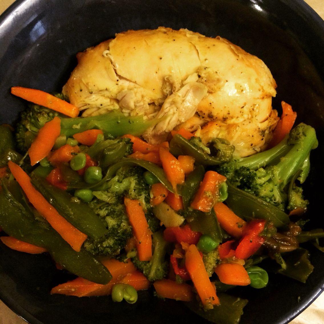 Pechuga de pollo al horno y vegetales