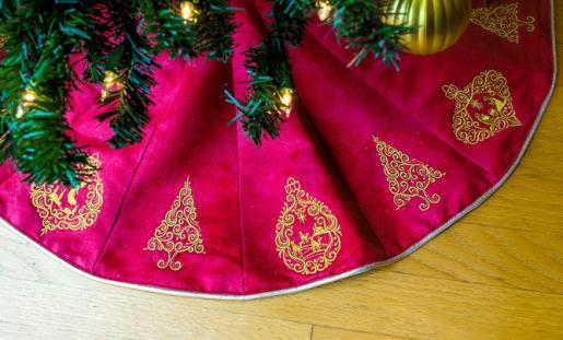 Elegant Mini Christmas Tree Skirt Embroidery Project By Ramona Baird In 2020 Christmas Tree Skirt Mini Christmas Tree Embroidery Projects
