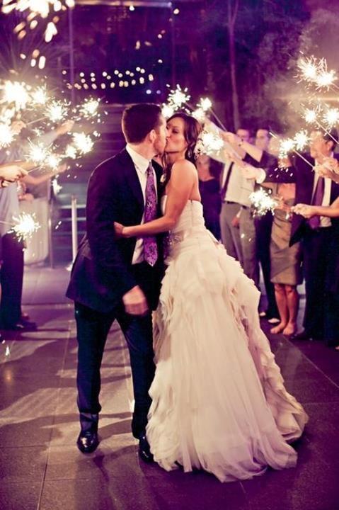 Os sparklers vem para inovar a saída do casal. Trata-se de um tipo de fogos de artifícios de mão, que queimam lentamente e criam faíscas coloridas. Cada convidado pode ter um sparkler na mão para festejar