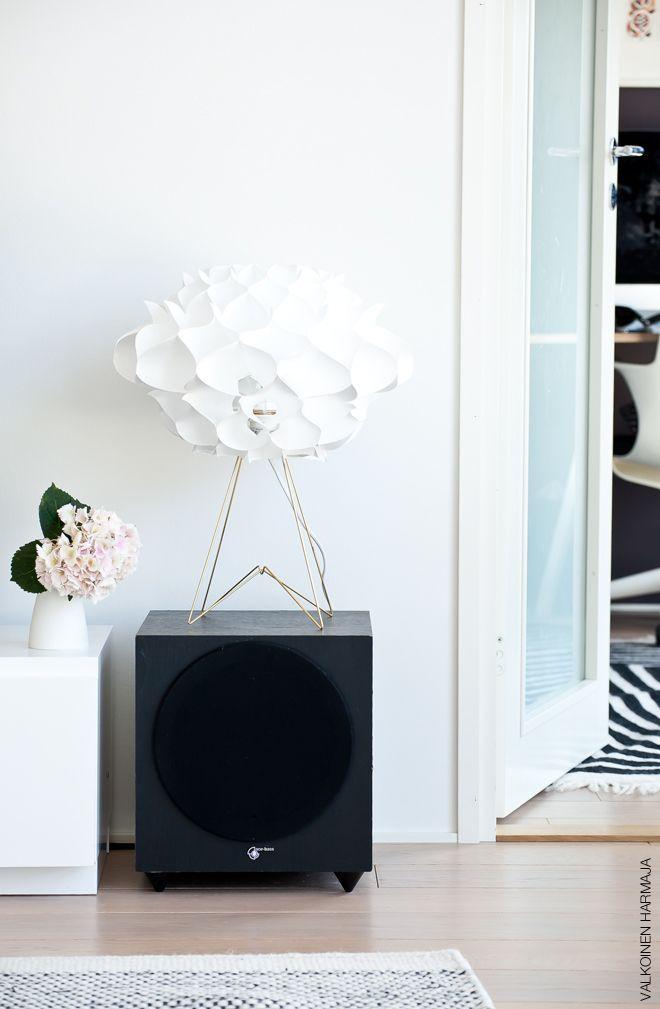 Valkoinen Harmaja Suvin kuva Design Boulevardilta noudetusta Phrena 2 valaisimesta.  #designboulevard #valkoinenharmaja #phrena #valaisin