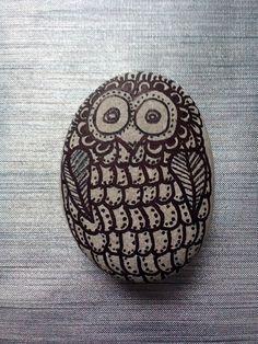 Búho de la suerte pintado en piedra a mano. Diy.
