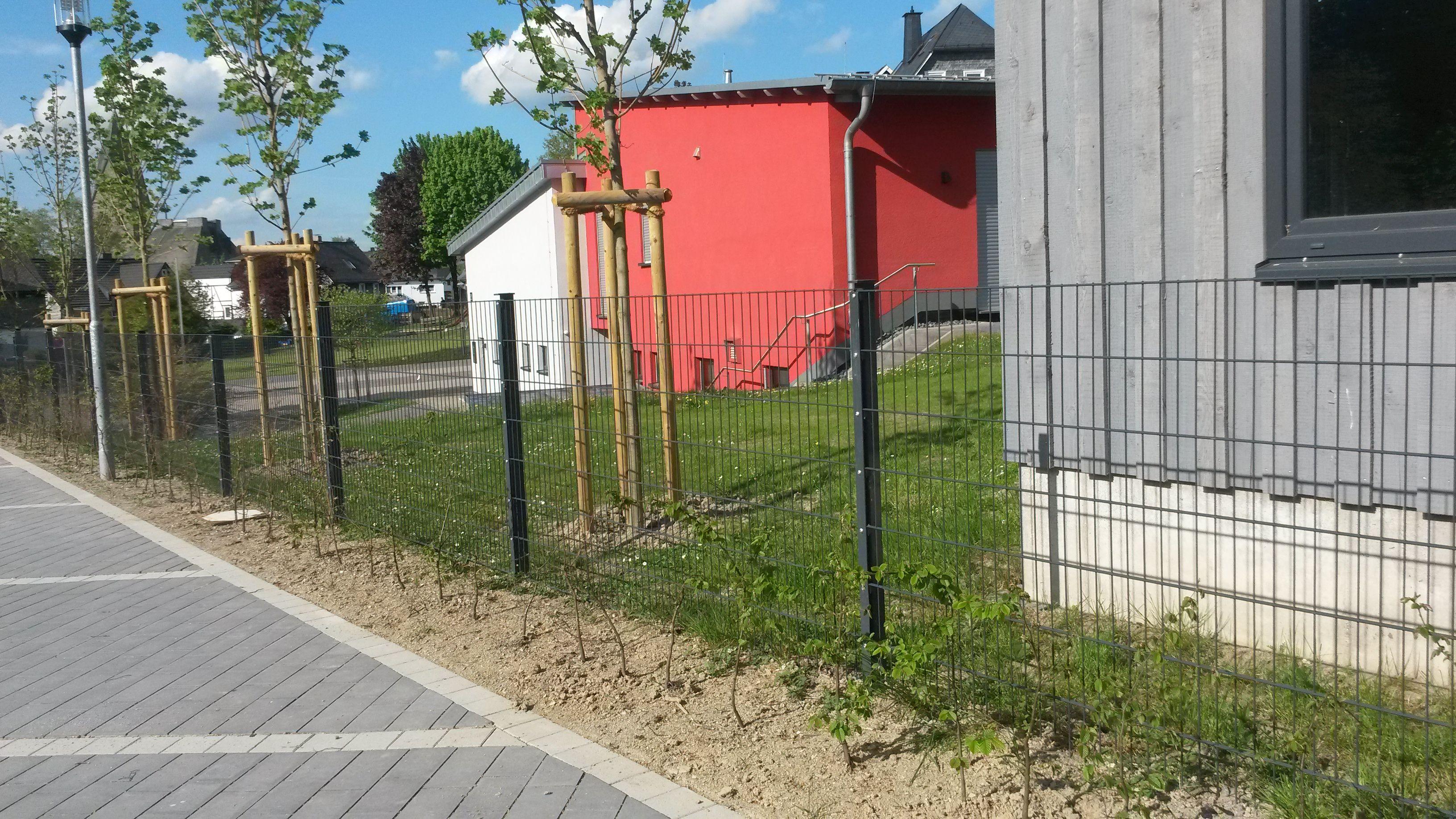 Gartenzaun aus Doppelstabmatten als Abgrenzung im öffentlichen