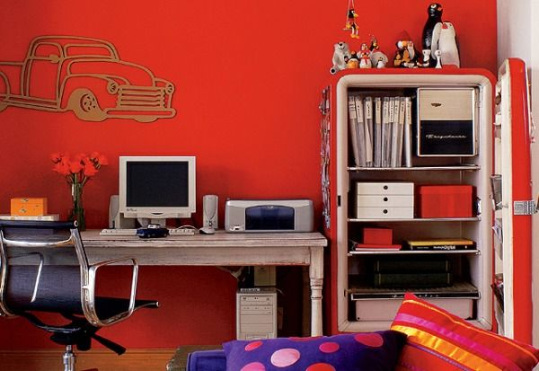 IDEIAS DIFERENTES: NOVOS USOS | GELADEIRAS ANTIGAS.Dá pra reutilizar quase tudo hoje em dia. Com um novo revestimento, quase que uma reforma, ela fica novinha. Pode soar estranho uma geladeira fora da cozinha. Mas, dependendo de como ela é colocada na decoração, essa gigante organiza objetos, eletrônicos, roupas, livros, além de materiais de escritório. Uma boa limpeza, uma camada de cor são o suficiente! E como pode ficar organizado, no home office.