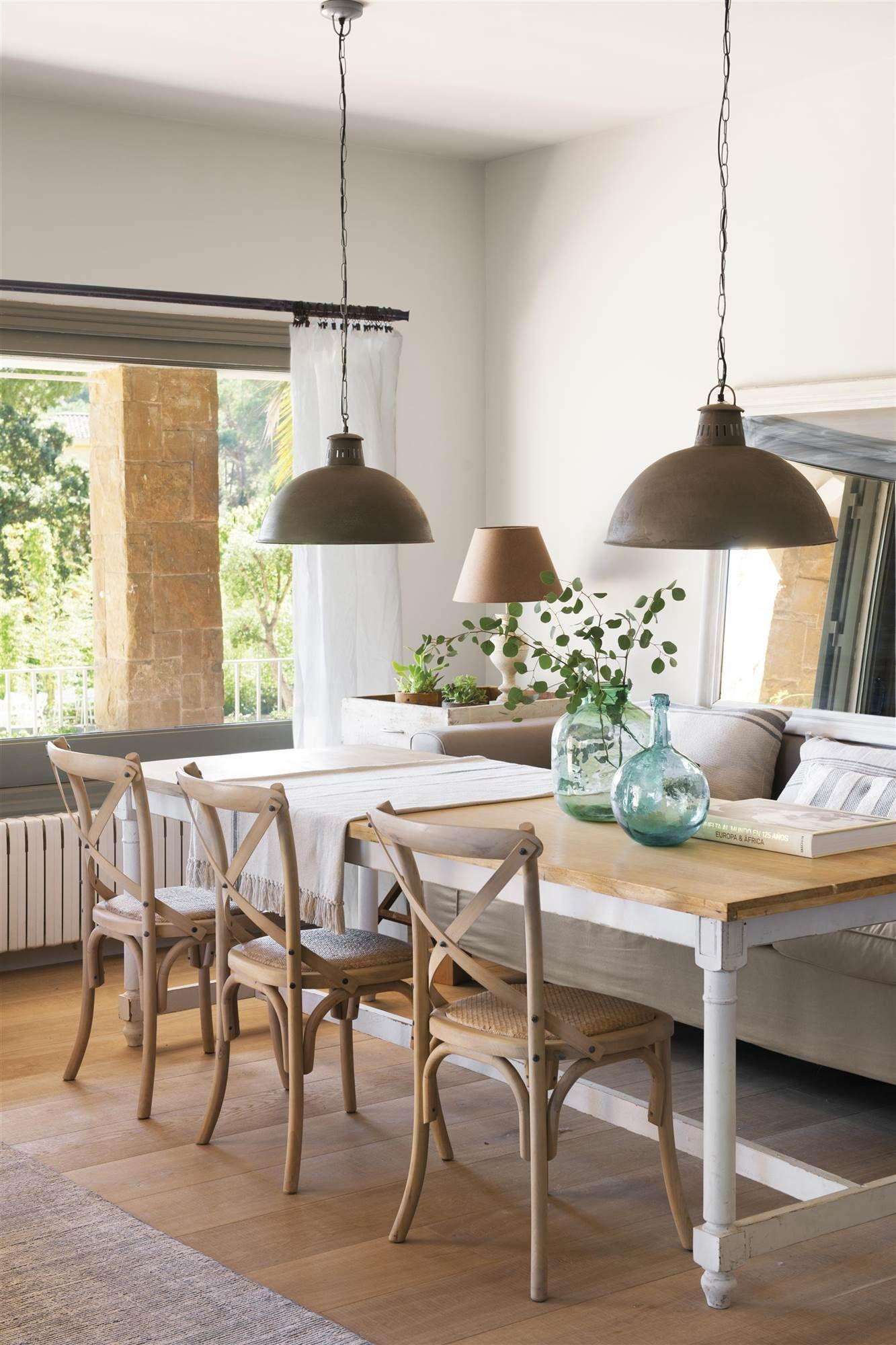00466784. Comedor de estilo vintage con sillas de madera, un espejo ...