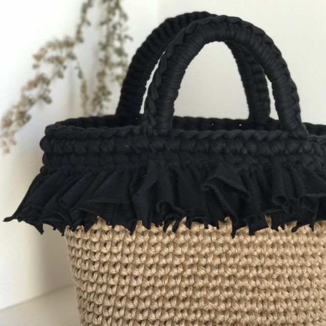 麻ひもバッグ、違うタイプも出品しています。ぜひご覧ください!オーダー頂ければ、 オリジナル麻ひもバッグお作りできます。太めの麻ひもを使ってしっかり編んでいますしっかりとした作りになってます。hoookedの糸を使って持ち手、フリルフリンジを前面に…シンプ...