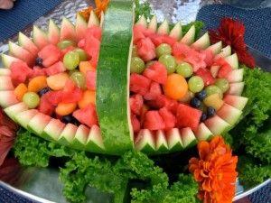 Cesta de sandía con frutas.