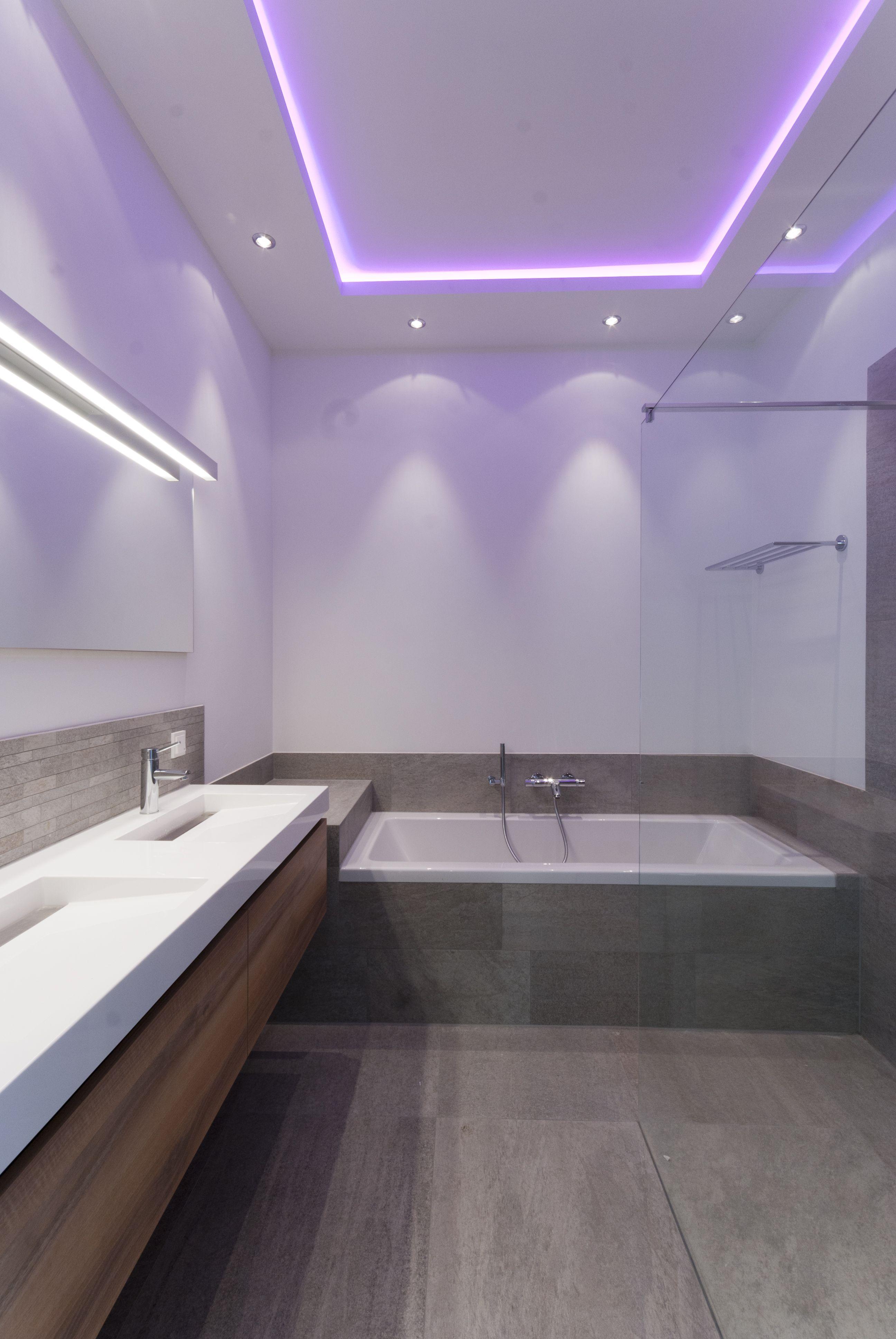 Indirecte RGB-ledverlichting in het plafond van de badkamer. Dit ...