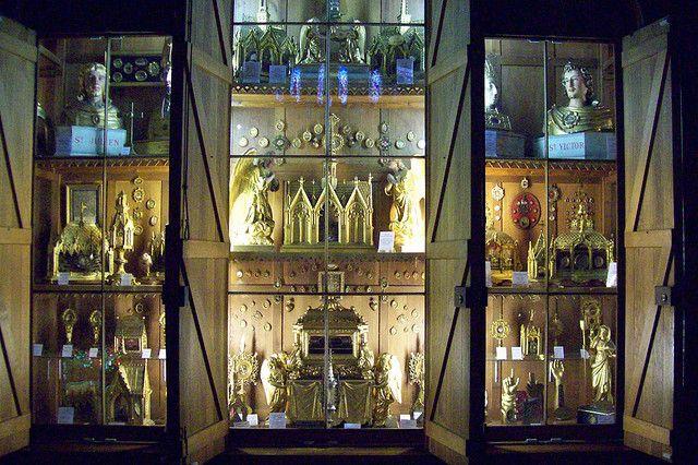 Basilique Notre-Dame de Bonne-Garde, Longpont sur Orge. Un des plus importants reliquaires de France. Autour de la relique principale, un fragment du voile de la Vierge (au centre de la photo). L'église a un reliquaire très ancien et très riche contenant 1 294 reliques de 528 saints.