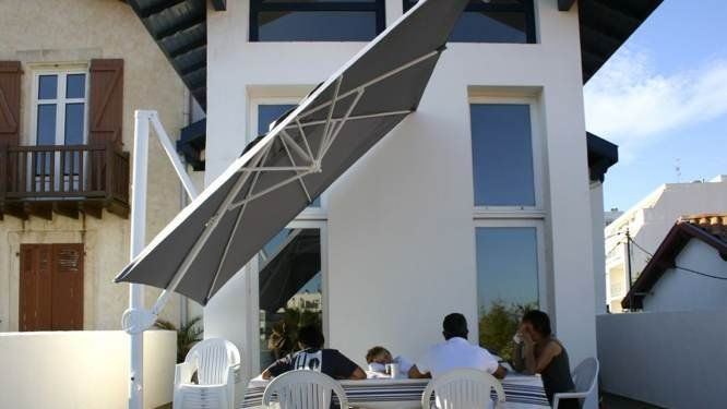 grand parasol de terrasse good grand parasol a pied dport. Black Bedroom Furniture Sets. Home Design Ideas