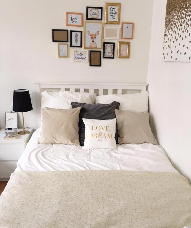 gem tliches wg zimmer in frankfurt am main mit bilderwand. Black Bedroom Furniture Sets. Home Design Ideas