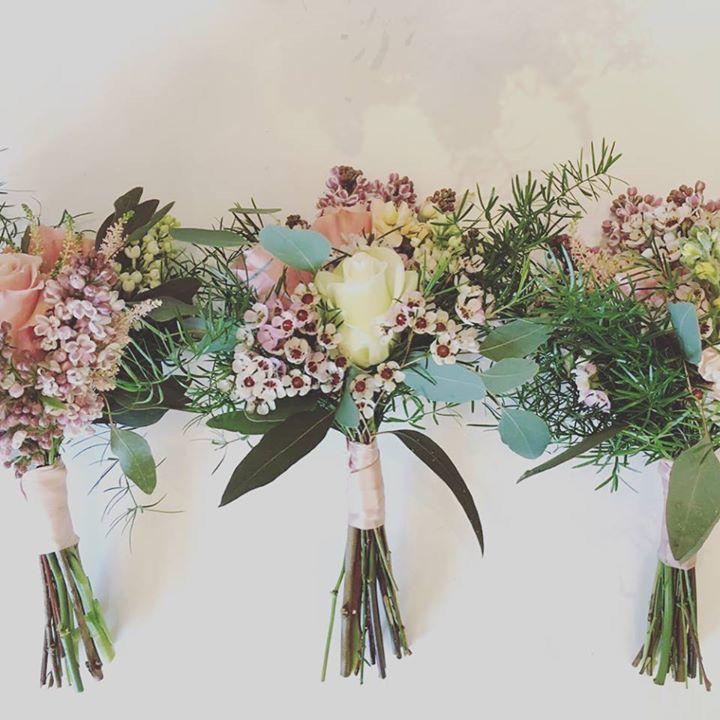 Bridesmaids bouquets #springwedding #bodas #flowerssitges #sitgesflowershop #springflowers #damasdehonor #bodasprimavera #weddingssitges