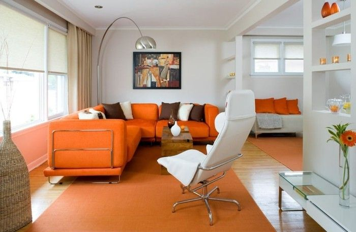 Wandbilder Wohnzimmer Orange Sofas Teppich Helle Gardinen Weisser Sessel