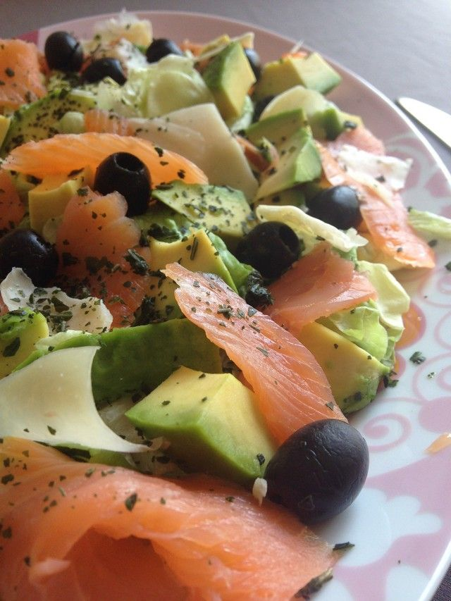 Salade composée keto saumon fumé, avocat, mozzarella ...