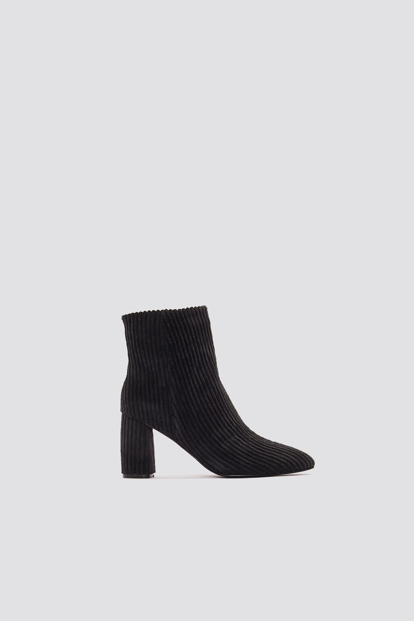 d732eebdb2a The Mid Heel Manchester Boot by NA-KD Shoes features a pointy toe