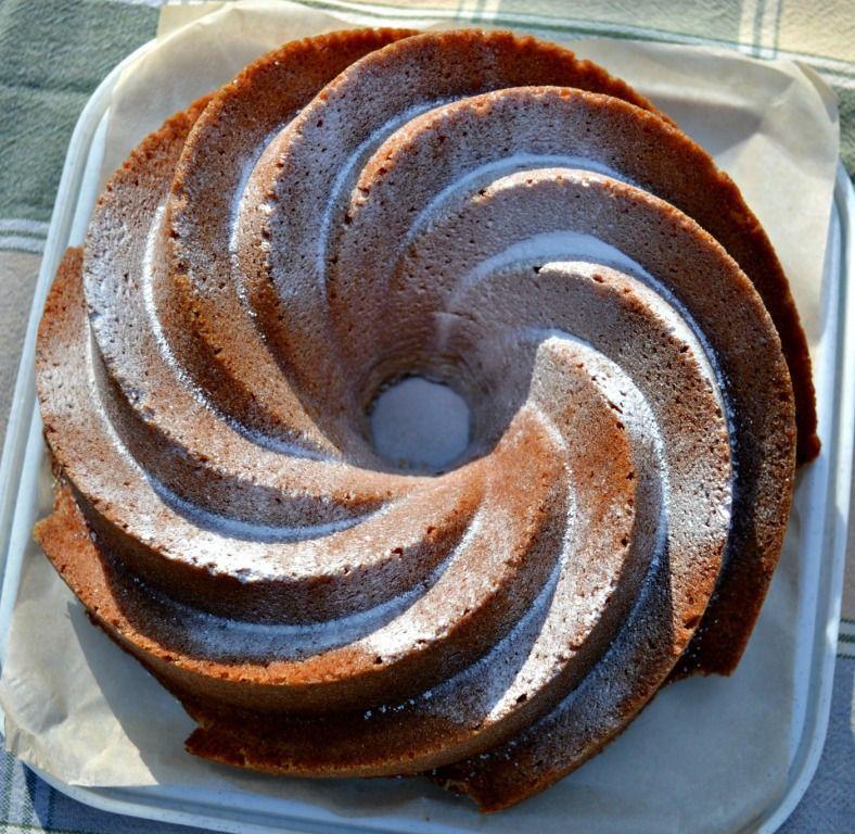 Hoy les traigo un clásico de clásicos, se trata de un delicioso Bundt Cake de Naranja que queda súper suave y que les recordará a los chifones. Les recomiendo que lo hagan en casa y no pongan escus…