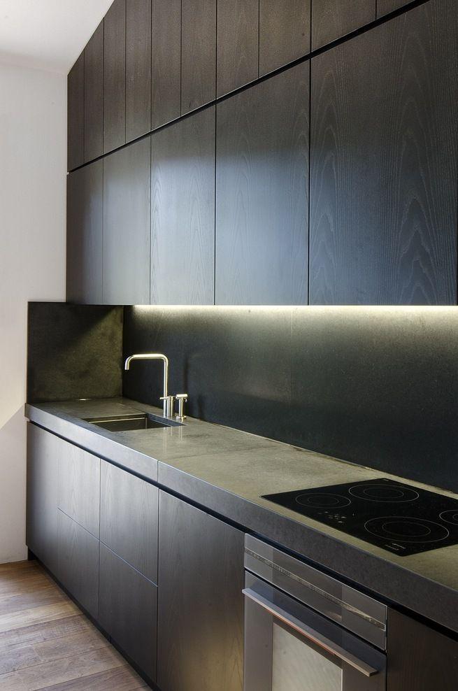 Tässä näkee miksi led-valot kannattaa asentaa ennemmin yläkaapin etu- kuin takareunaan. Tuo valoviiru seinässä ei ole kovin tyylikäs.