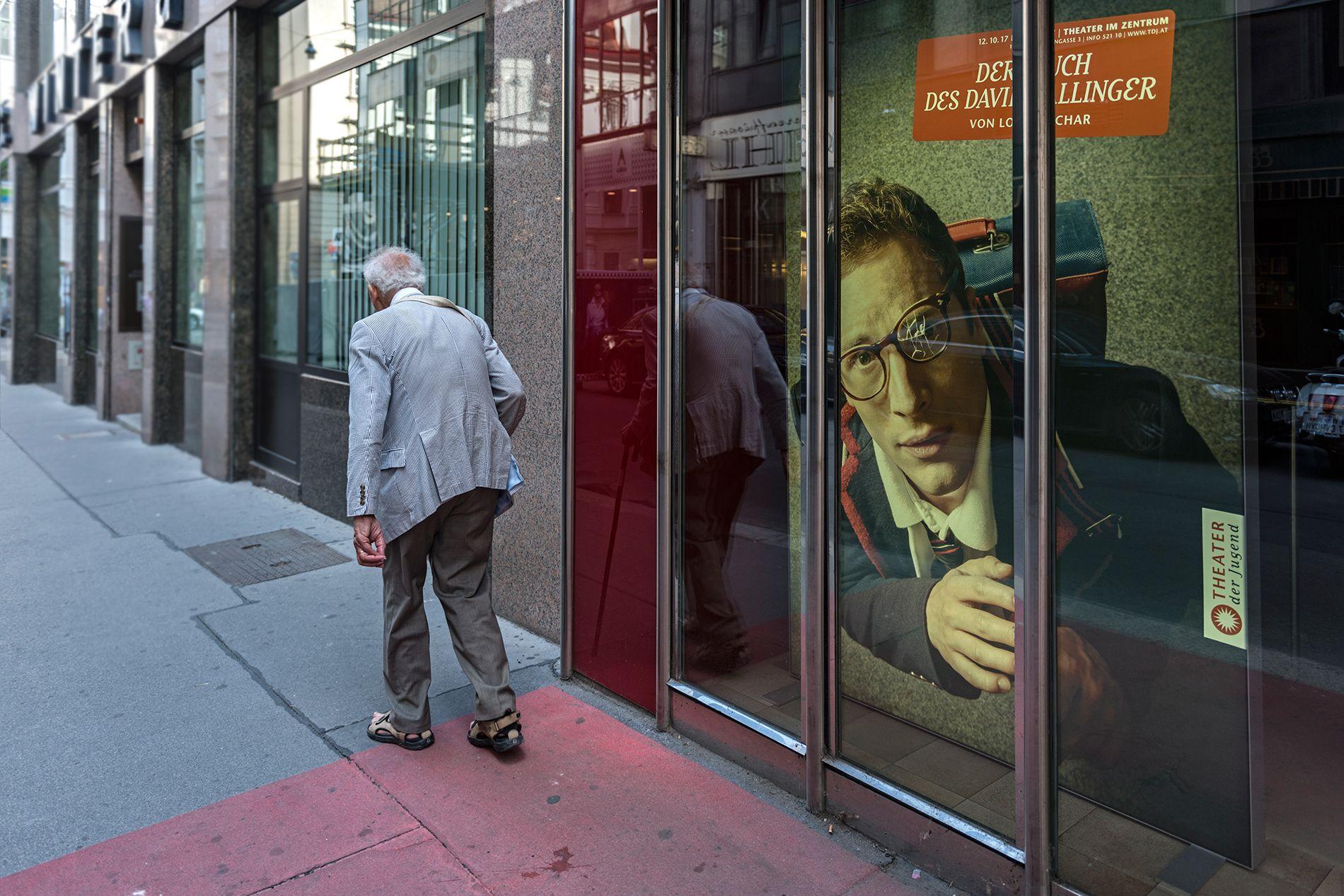 Hombre con bastón reflejado
