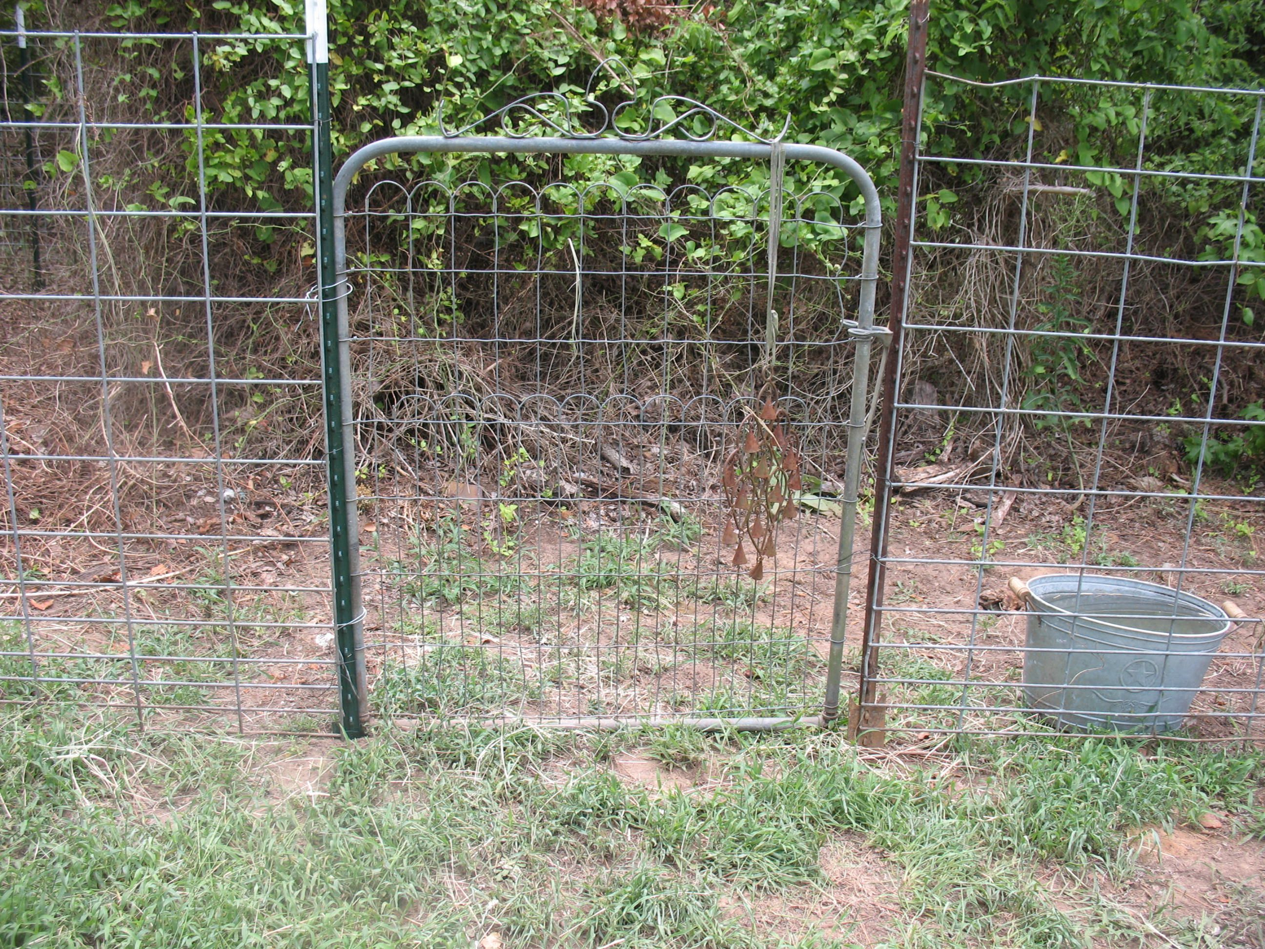 T Post Fence With Conduit Fence Wire Fence T Post Fence Welded Wire Fence