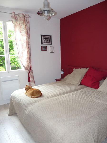 Peinture rouge pour égayer la chambre d\u0027amis