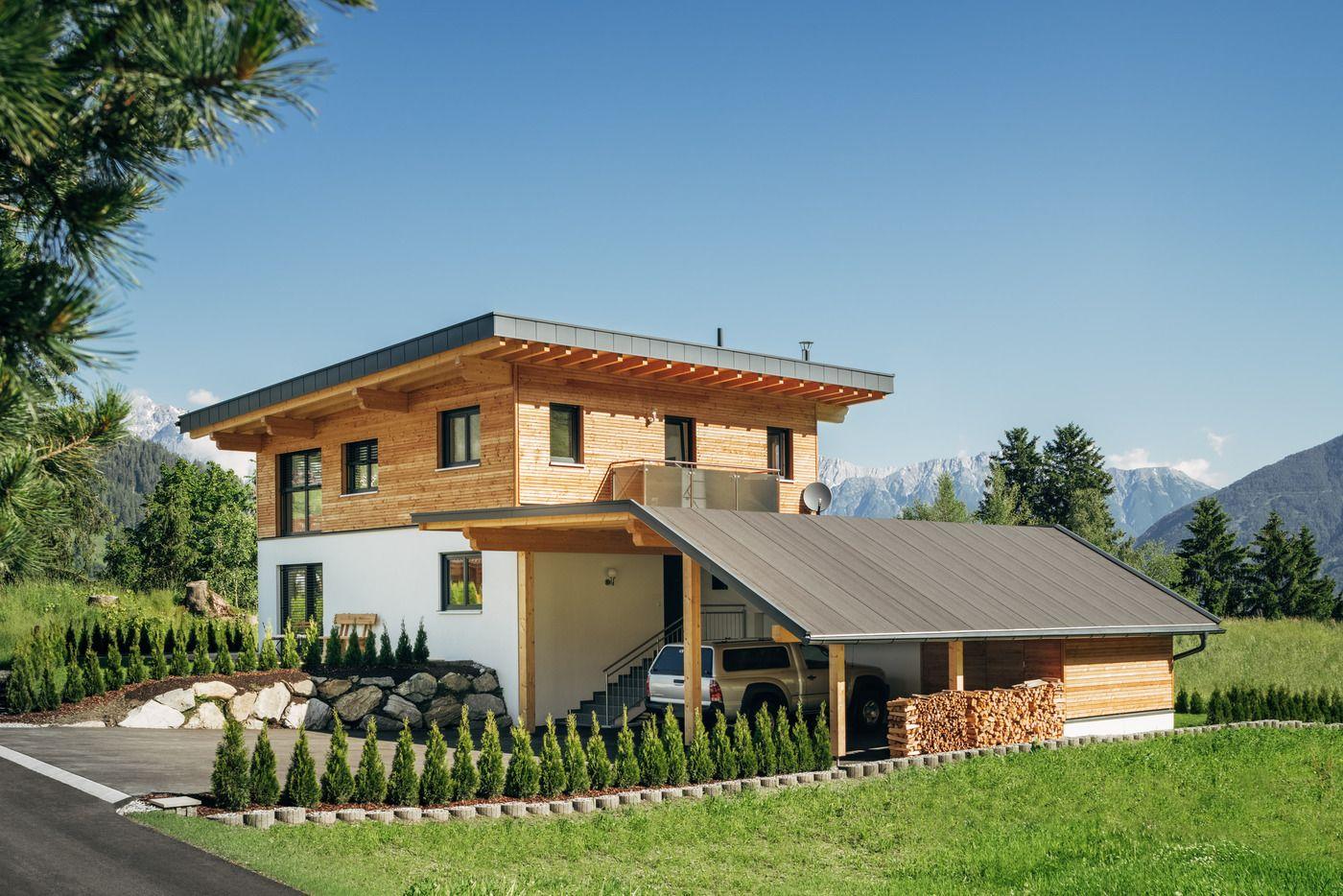 Photo of Besonderes Gefühl, in einem Holzhaus mit Spiegelkonstruktion zu leben