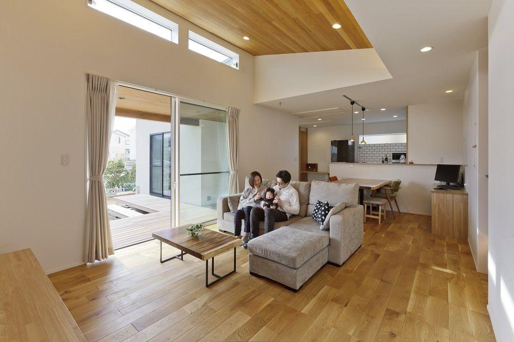 羽目板張りのオークの天井と珪藻土の塗り壁 自然素材の優しいリビング