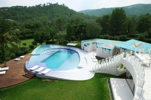 calificada como una vivienda en las revistas de lo mejor de la casa son vida es su piscina de lujo con varios vasos de agua