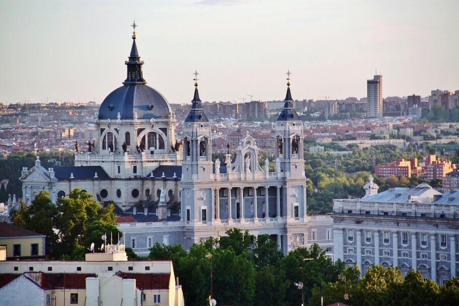 Catedral De La Almudena Desde La Terraza Del Hotel Emperador De La Gran Via En Madrid Foto Madrid Espana Terraza