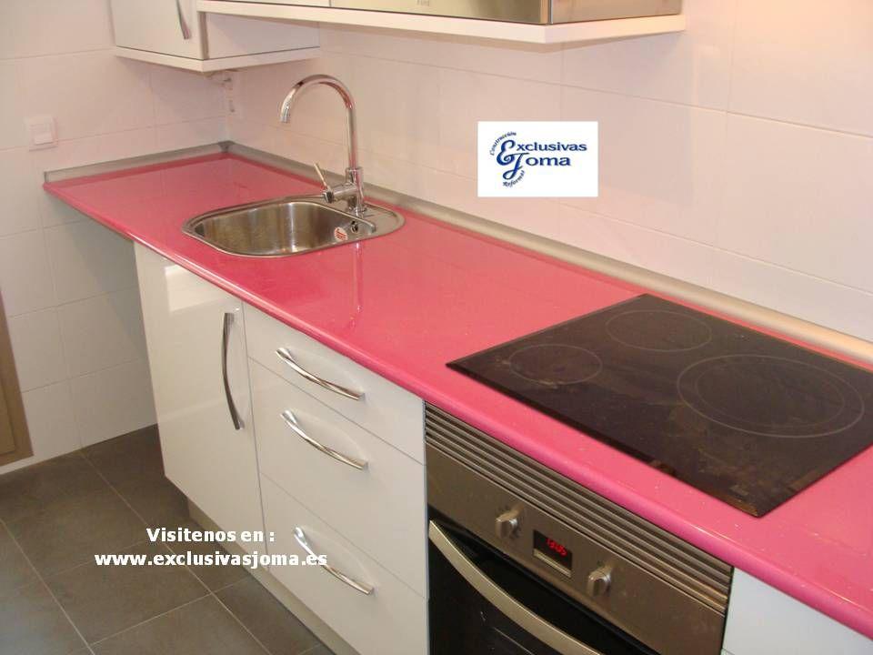 Muebles de cocina a medida en color blanco alto brillo con for Muebles altos de cocina