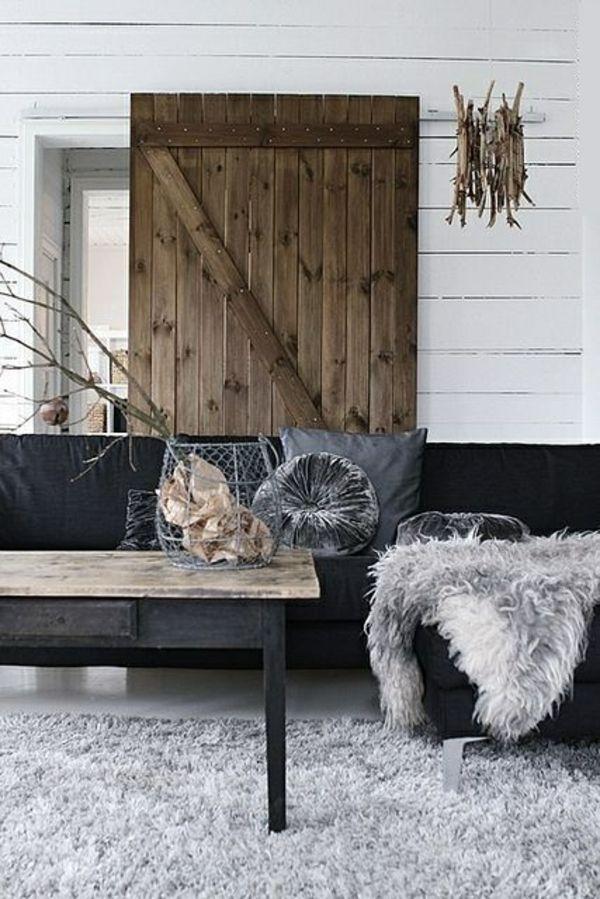 holzbalken wohnzimmer rustikal wohnzimmermöbel fellteppich holztür - wohnzimmer rustikal modern