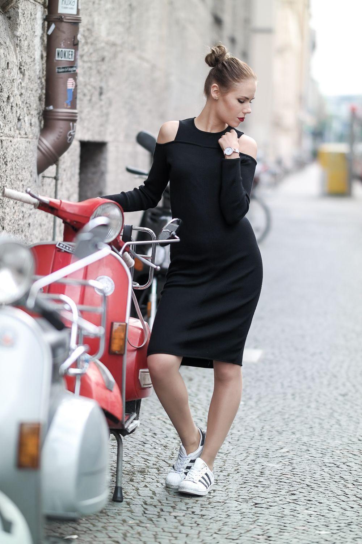 Schwarzes Kleid mit Cutouts und Sneakern  Kleider   dressurpferdekaufen