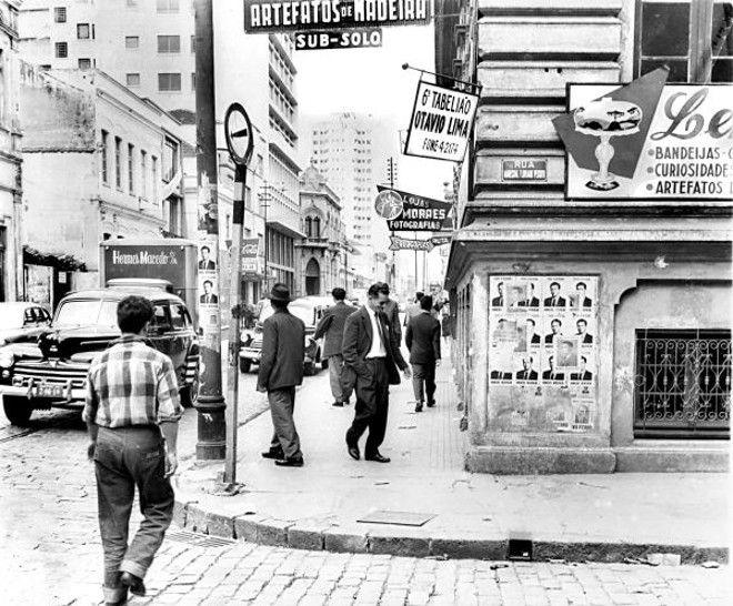 3 / 4  Esquina das ruas Marechais Deodoro e Floriano, onde ficava a Casa Natal, especializada em lembranças do Paraná, cujas peças eram feitas de pinho e enfeitadas com asas de borboletas. Foto de 1959