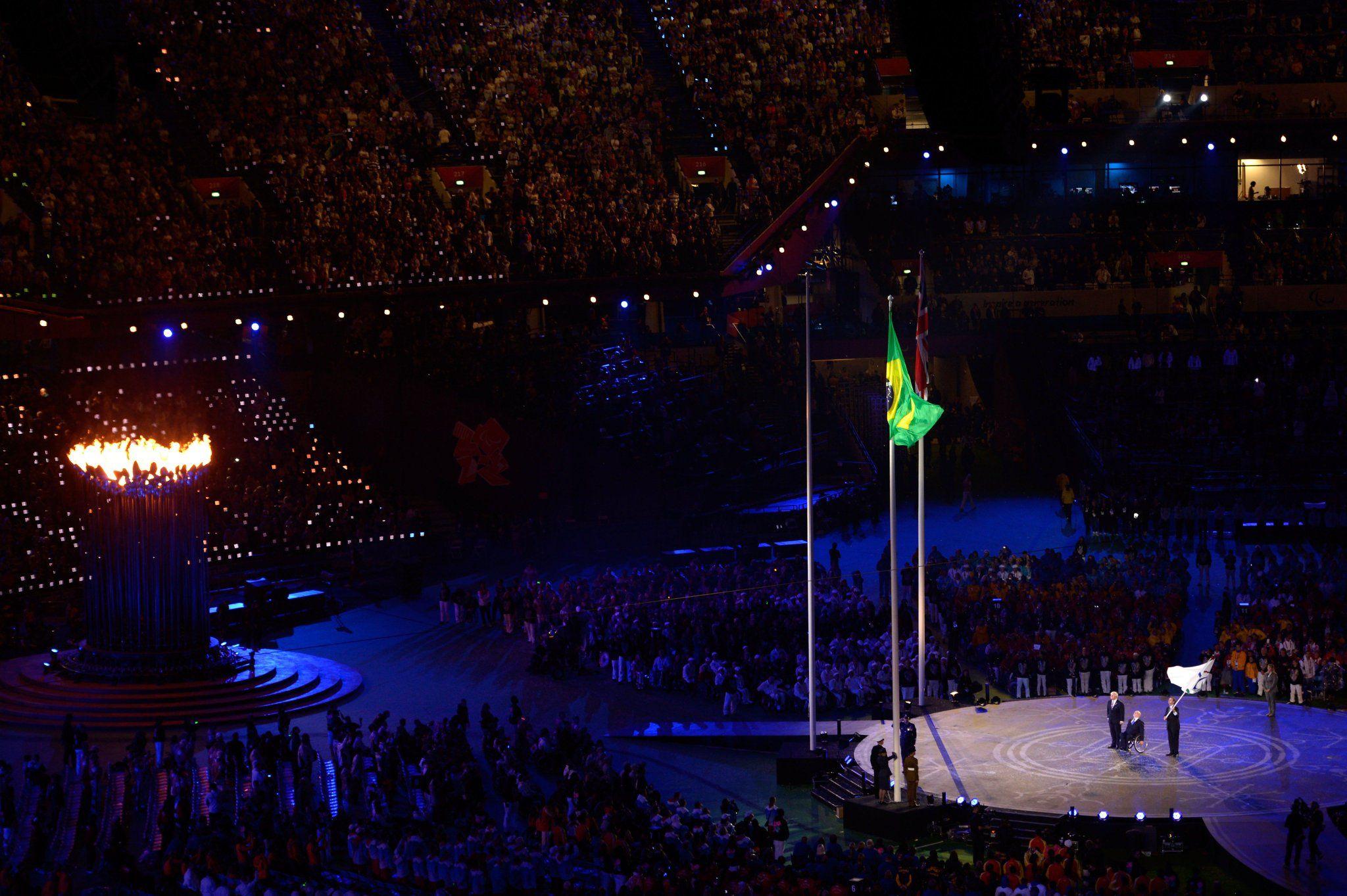 Há 4 anos, #Bra recebeu a bandeira Olímpica na #CerimôniaDeEncerramento #Londres2012  Hj: faltam menos de 4 horas!