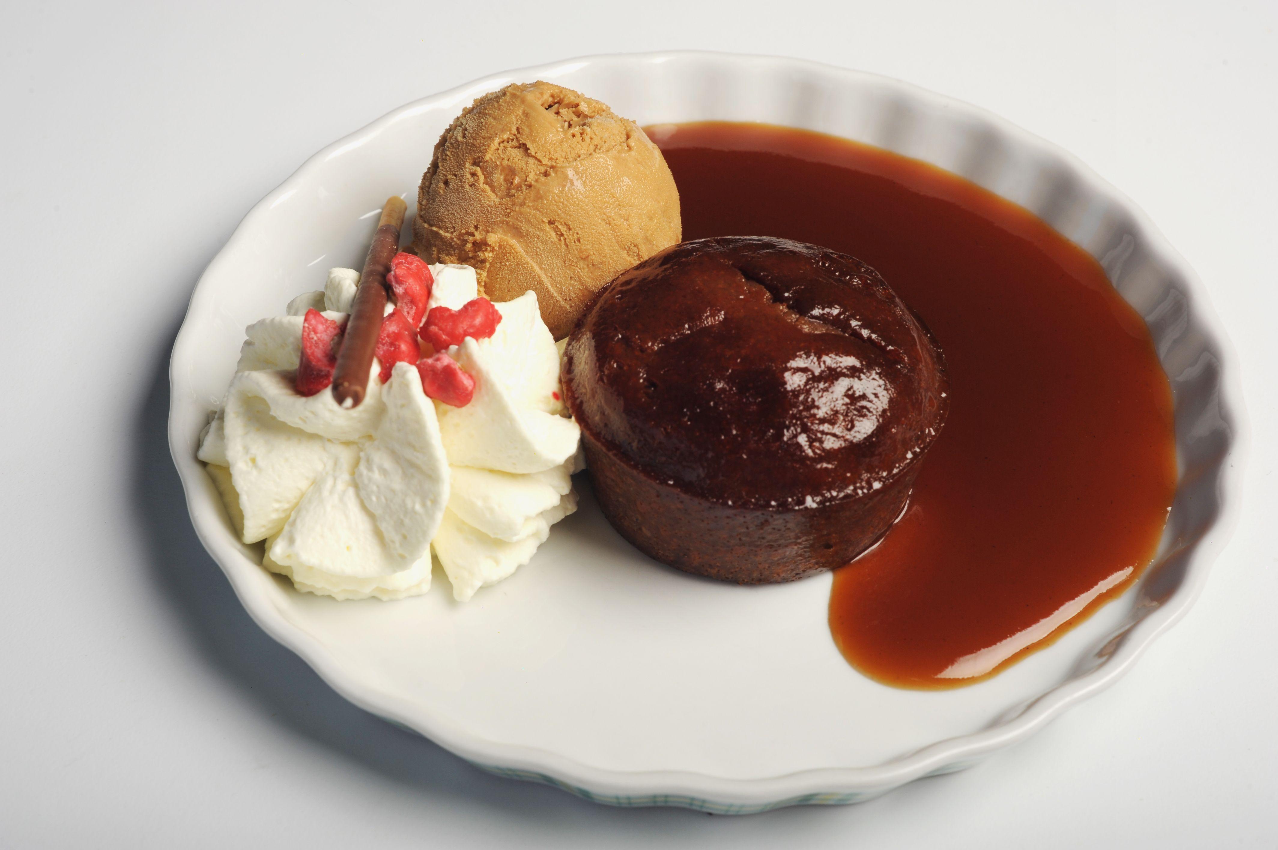 Le moelleux à la châtaigne : Moelleux à la châtaigne, crème anglaise, 1 boule de glace caramel, 1 pointe de crème fouettée, éclats de pralines roses.