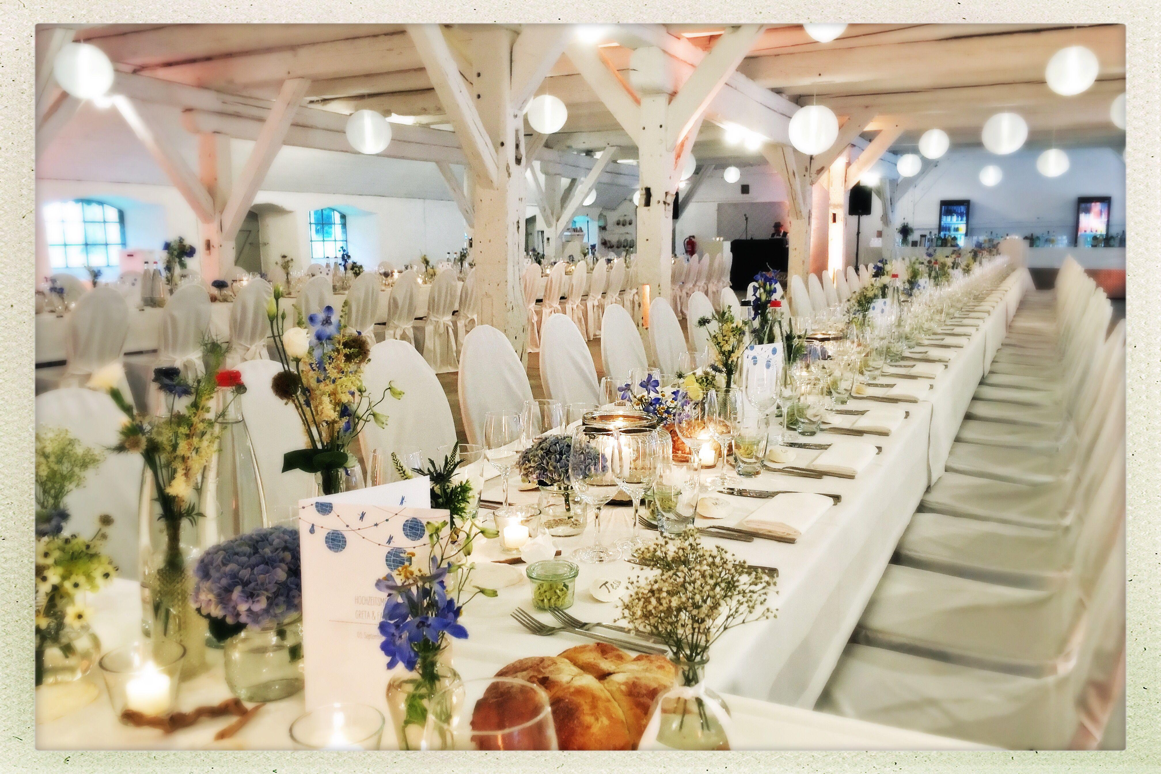 Hochzeitstafel In Weiss Mit Einem Hauch Blau Dekoration Hochzeit Dekoration Hochzeitstafel
