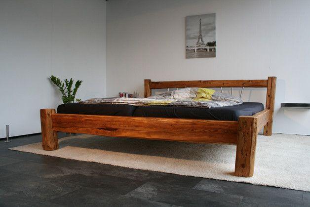 Das moderne Bett (180 x 200 cm) besticht durch eine