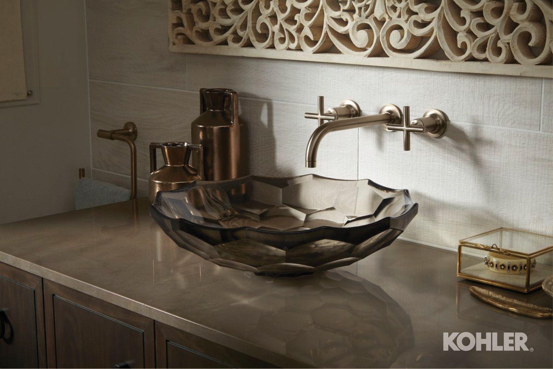 Una o dos piezas de arte ingeniosas puedan resaltar una habitación.
