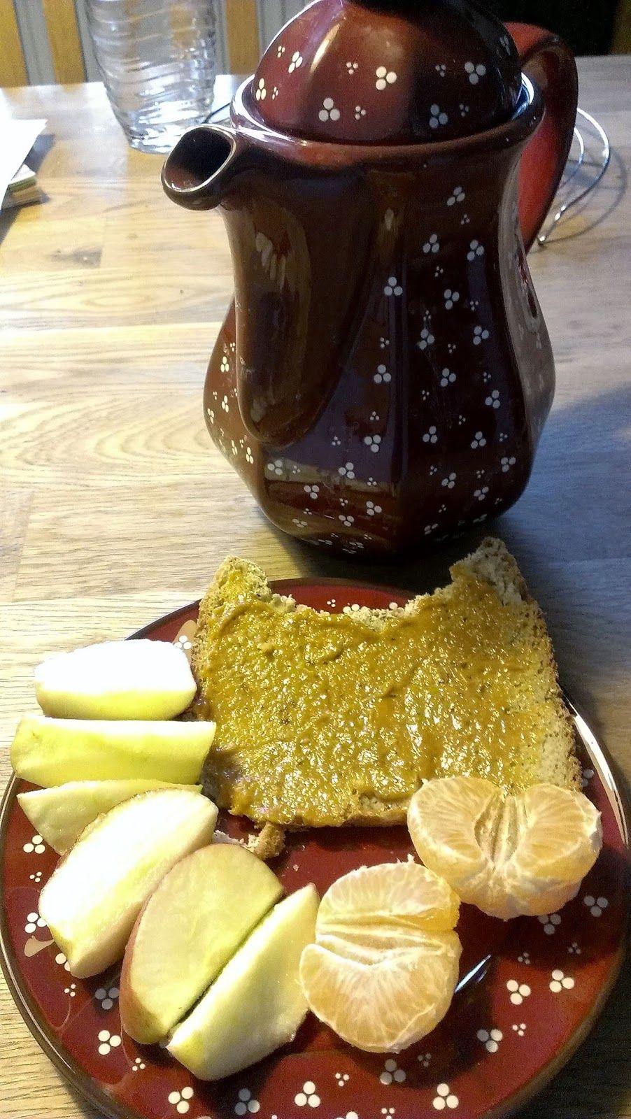 Sinahs Frühstück besteht ganz nüchtern aus Brot mit Aufstrich und Obst, dazu viel Tee