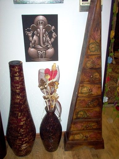 Mobiletti on legno.e anfore...vasi