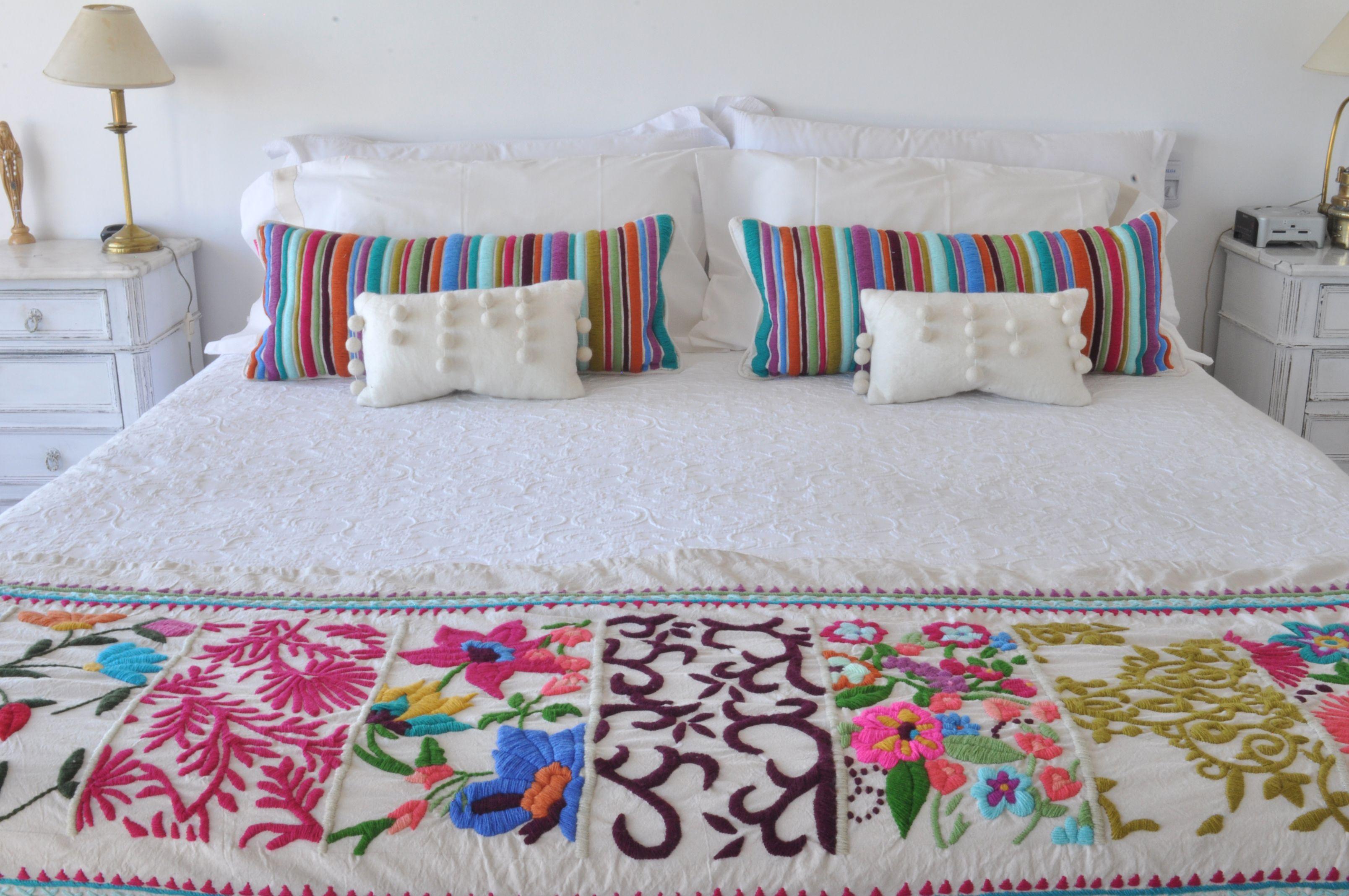 Pie de cama y almohadones bordados 100 a mano www - Pie de cama ...