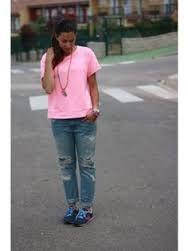 Resultado de imagen para outfits con jeans gris y blusa rosa