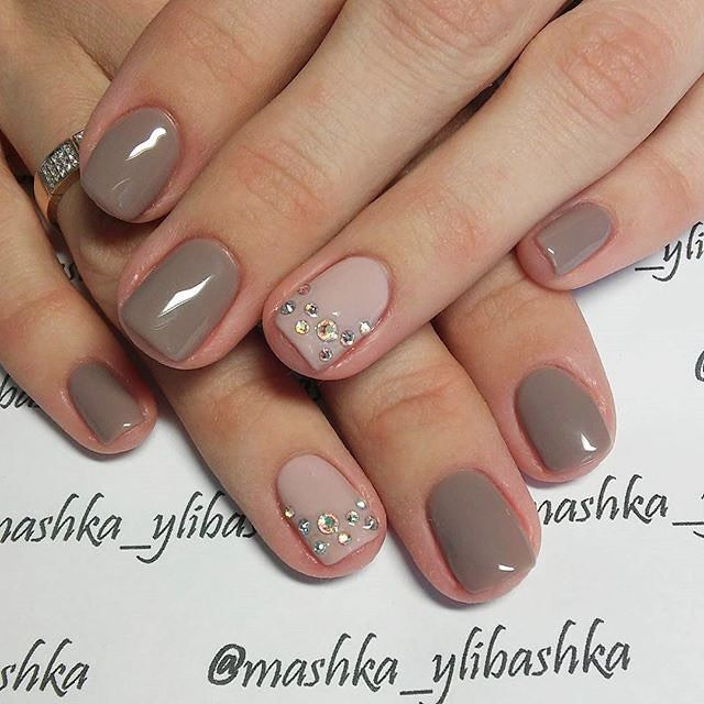 @mashka_ylibashka knows just how to pair a deep taupe with just enough bling on the accents nails. This set goes from a day in the office to a night out in a blink. #naturalnails #accentnail #makethemgelish
