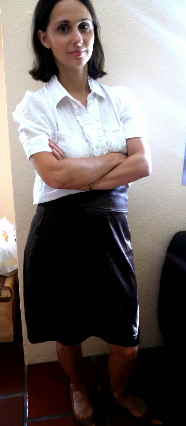 Clássica até em casa: saia marrom + camisa branca