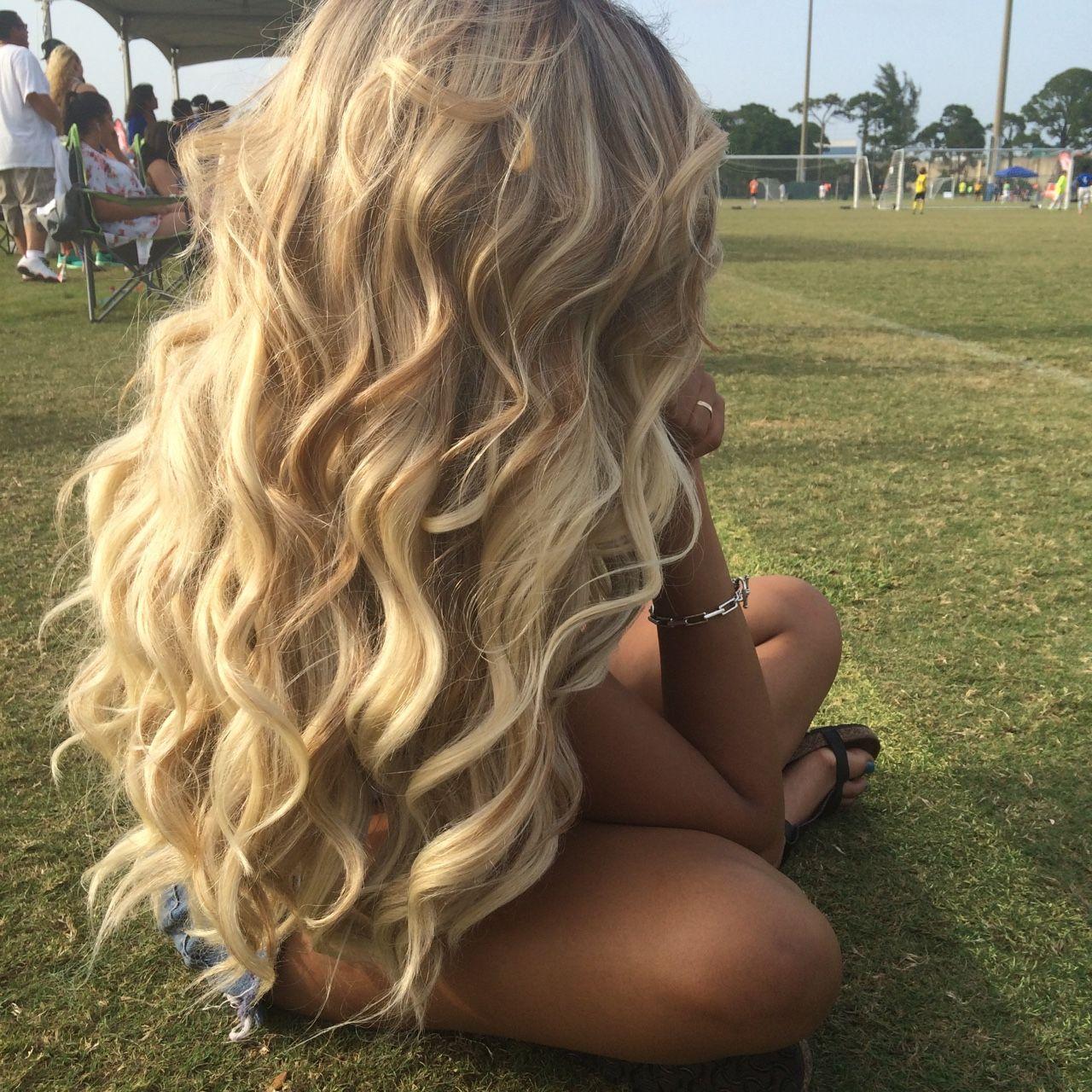девушка с длинными светлыми волосами сзади смочила пальчик