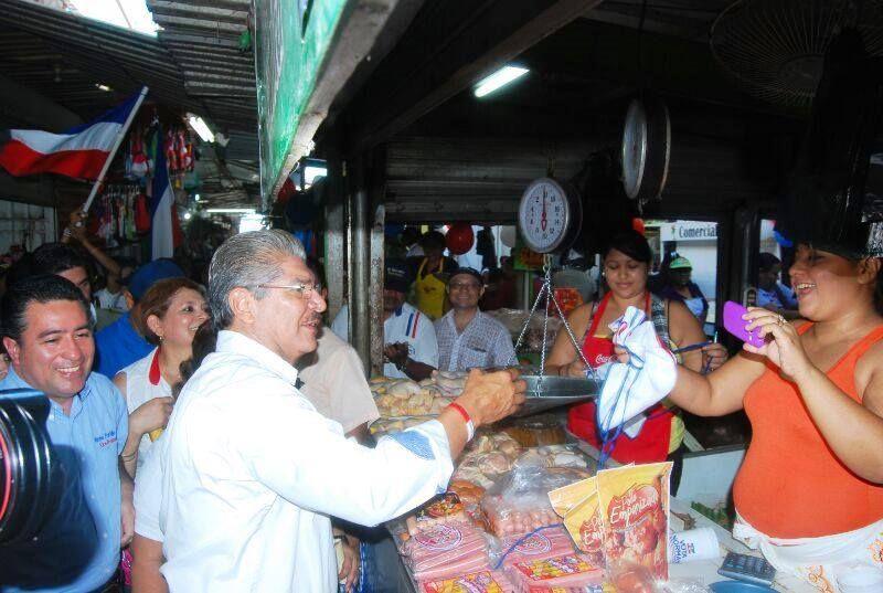 Norman Quijano futuro presidente de El Salvador visitado el mercado municipal de La Unión.
